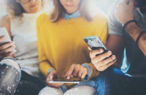 Skupina ľudí s mobilom